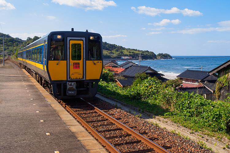 駅から歩いて、鳴き砂の浜と世界遺産の港へ 島根県・馬路駅