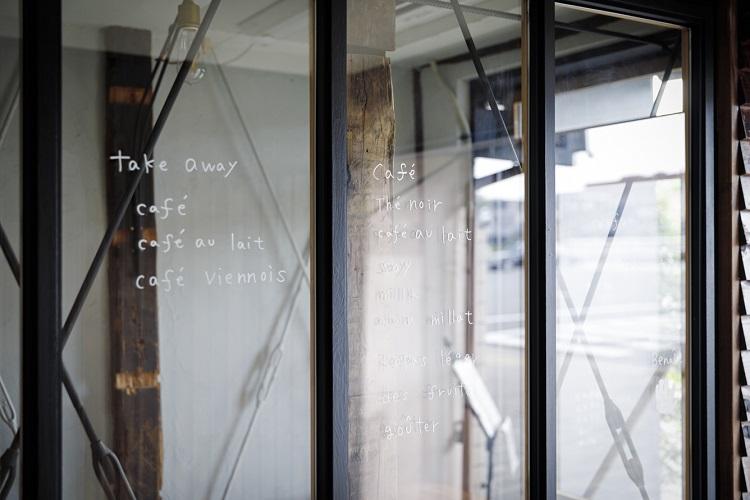 ガラス張りの壁に手書きのメニュー