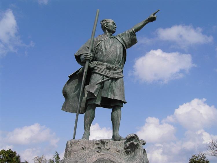 尚円王御庭公園に立つ、大志を抱いて島を出ていく金丸(尚円王)の銅像