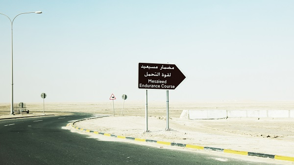 灼熱の太陽と黒い看板 永瀬正敏が撮ったカタール