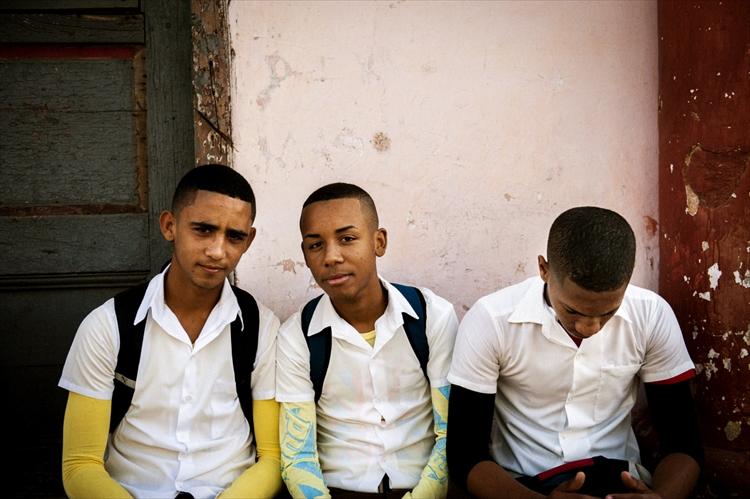 """""""お年ごろ""""のキューバの男子生徒"""