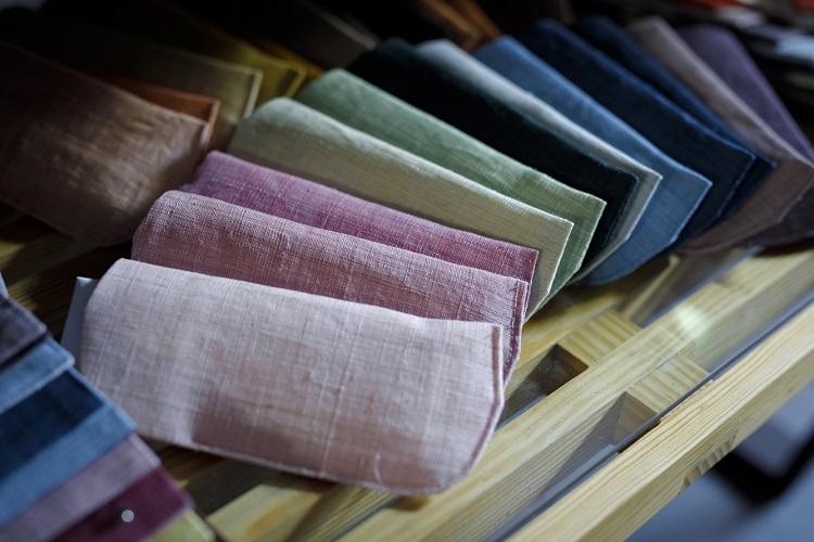 ピンク一つとっても様々な色相が。同じ染料でも濃淡で全く違う印象に染まる