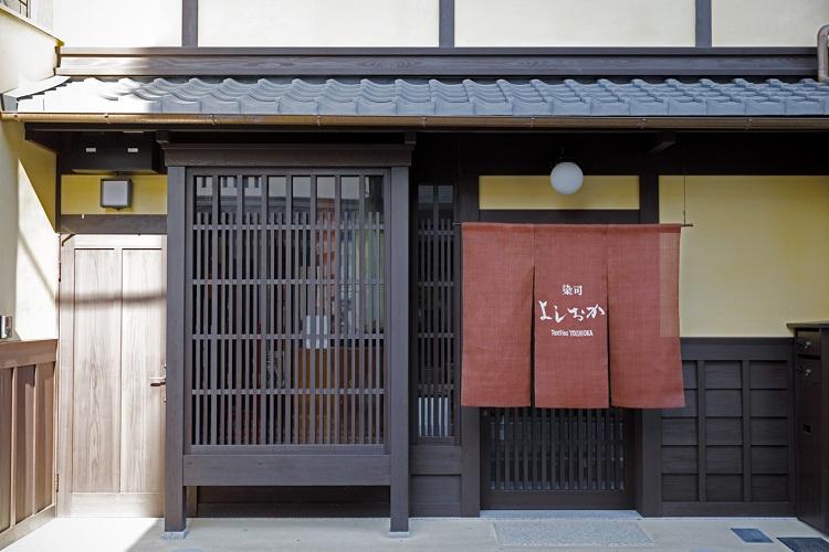 骨董店や茶道具の店などが並ぶ新門前通に店を構える。隣の和骨董の観山堂と合わせて訪ねるのもおすすめ