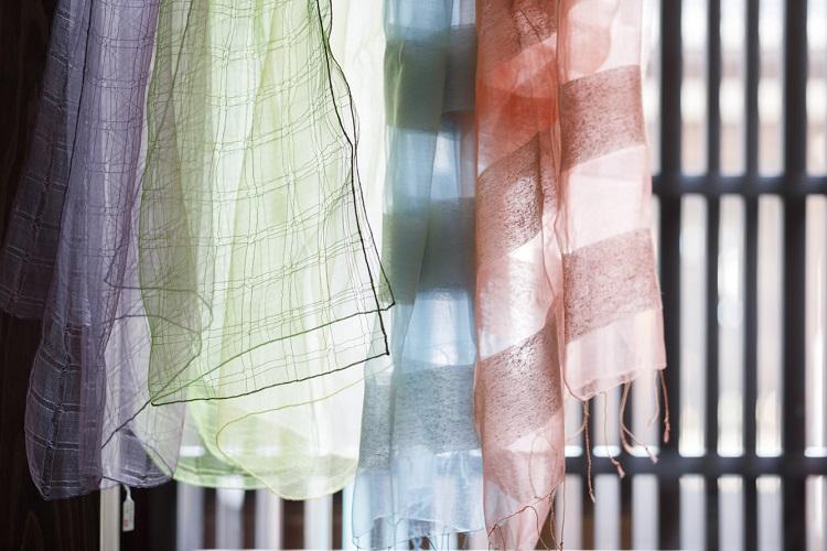 繊細で透明感ある発色が人気のシルクのストール。中でも紫は、幸雄氏が生涯追い求めた色
