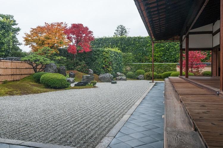 本堂は屋根が低く、落ち着きのある安土桃山建築のたたずまい。中根金作が復元した方丈庭園をのぞむ(画像=京都春秋)