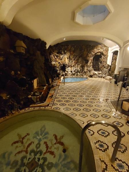 タイル紋様が美しい大浴場