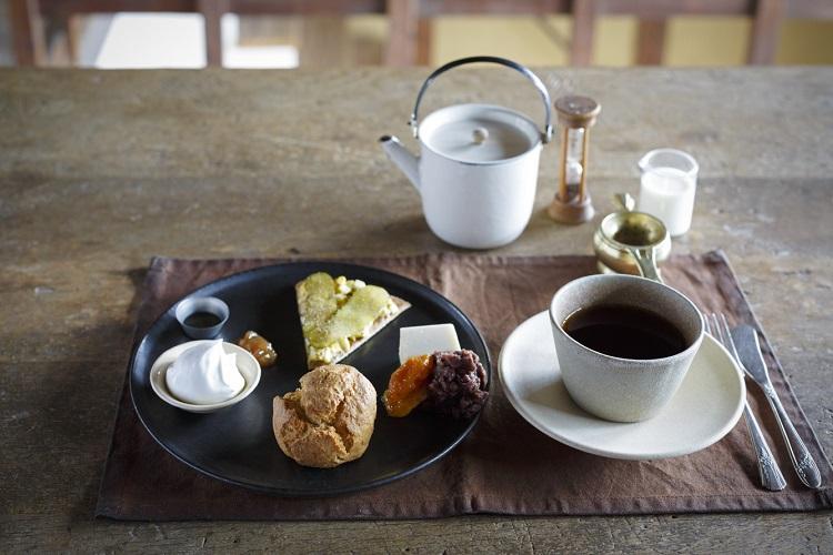 現在は、1皿にお菓子を盛り合わせた「デザートSセット」(1900円・税別)のみの提供。写真は2皿からなる「デザートフルセット」の1皿目だが、Sセットの場合は奥のエッグクラッカーサンドがパウンドケーキになる。予約がベター(撮影:津久井珠美)