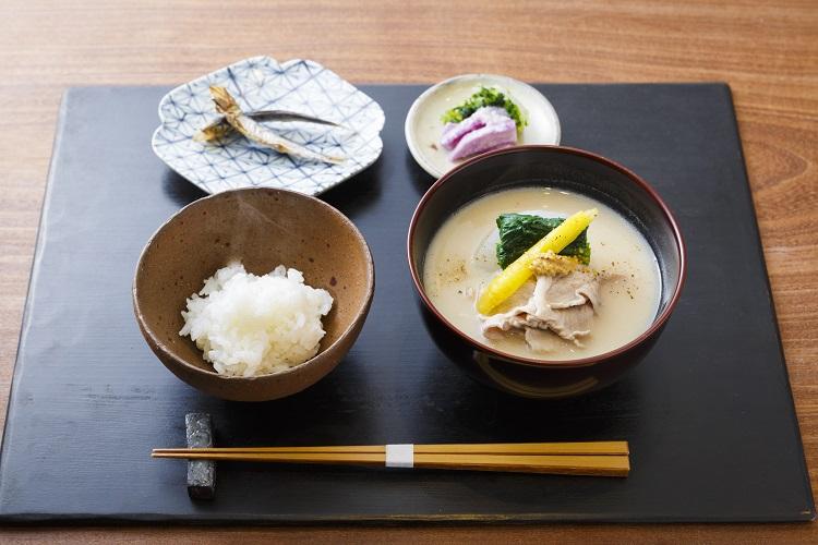 土鍋で炊き上げたごはんと汁物を基本とした「喜心の朝食」(2500円・税別)(撮影:津久井珠美)