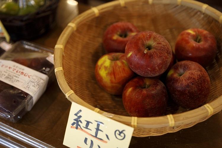 野菜だけでなく季節の果物も並ぶ