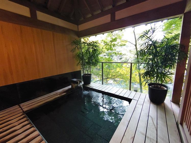 二つある露天風呂のひとつ。夜は貸し切り利用できる