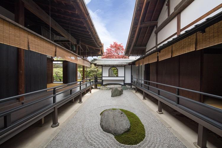 本堂と庫裏(くり)の間にある坪庭「閑坐庭(方丈東庭)」。こちらは現代に作庭された(画像=京都春秋)