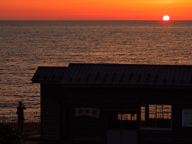 唯一無二の旅情、果てなき落日のグラデーション 青森県・驫木駅
