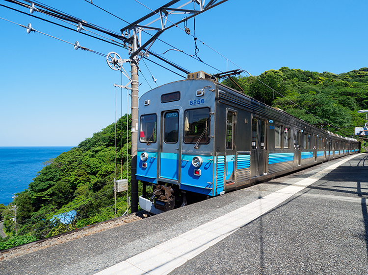 ホームから見下ろす相模灘と湯けむり 静岡県の伊豆北川駅と伊豆熱川駅