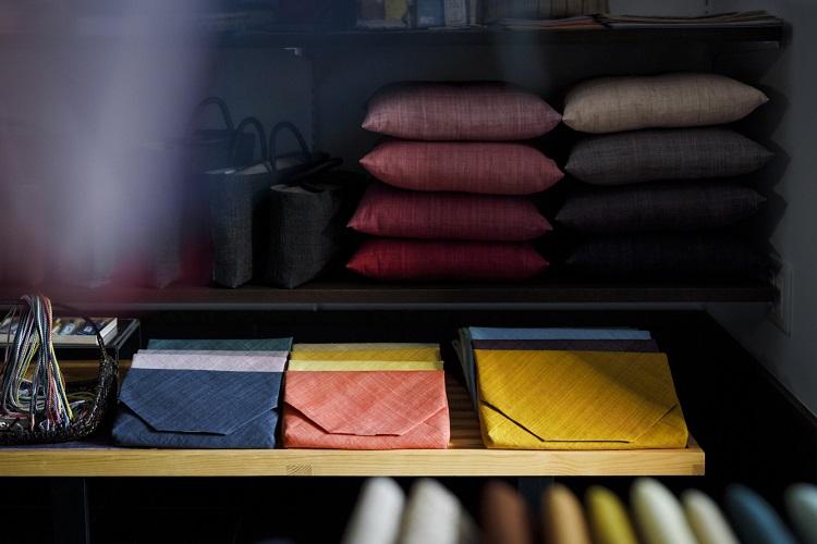 バッグ、帯締め、数寄屋袋など和装小物や茶道具もそろう
