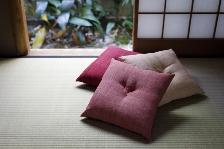 程よい弾力が心地よい座布団(9500円・税別)。同系色をグラデーションで使うと、染めの濃淡を楽しみつつ空間にも統一感が出る。クッションもあり