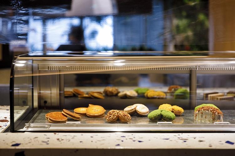 1Fパティスリーでも並ぶ焼き菓子は、カフェでもイートイン可能