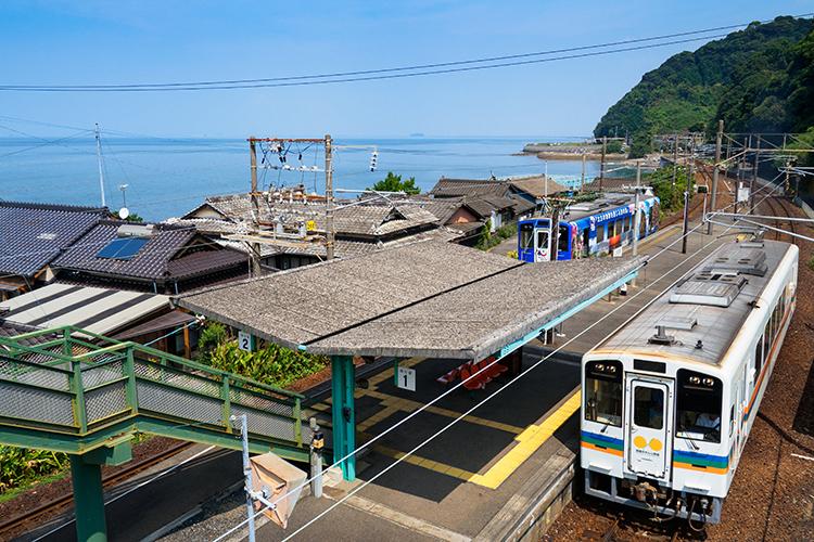 跨線橋から見下ろす八代海と小さな集落 熊本県・上田浦駅