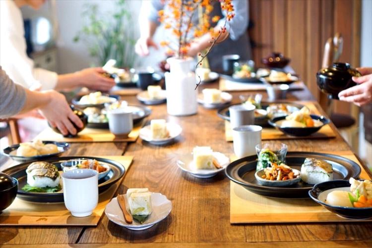 niwacoyaでは、地元の四季折々の食材を使った家庭料理を教えている