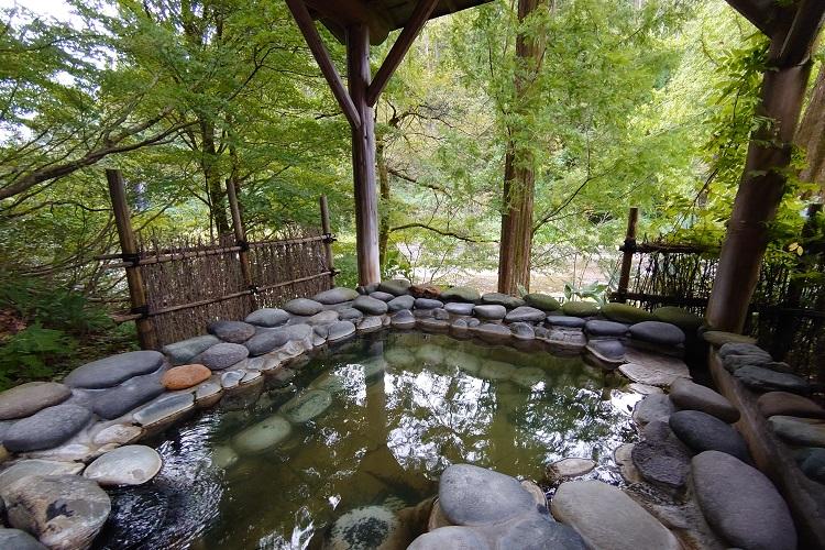 嵐渓荘の貸し切り風呂「石湯」の露天風呂