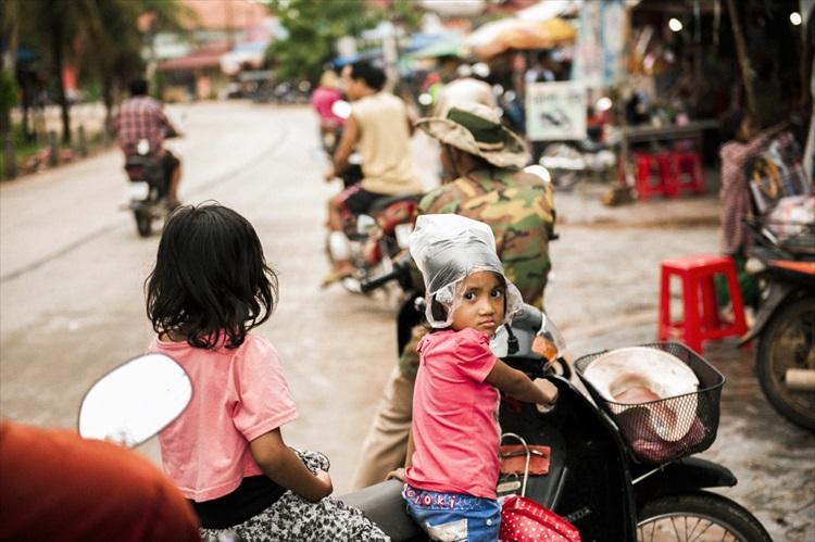 ポリ袋で雨をしのぐカンボジアの街歩き