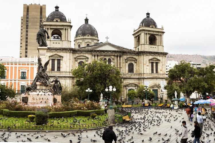 歴史とハトを見られるラパスのムリリョ広場
