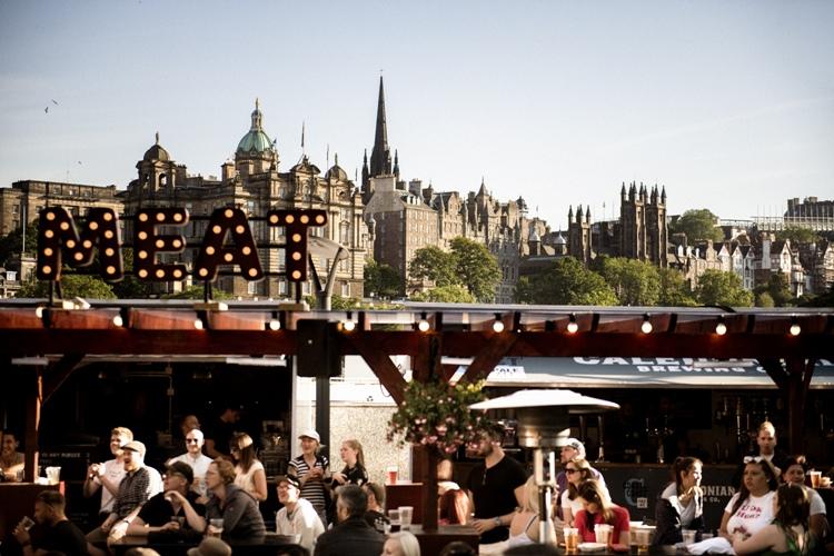 中世の建物を背景に飲むぜいたくなビール