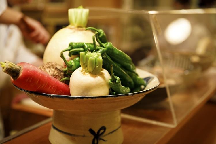 聖護院かぶら、海老芋、万願寺とうがらしなど、仕入れたばかりの京野菜が並ぶ