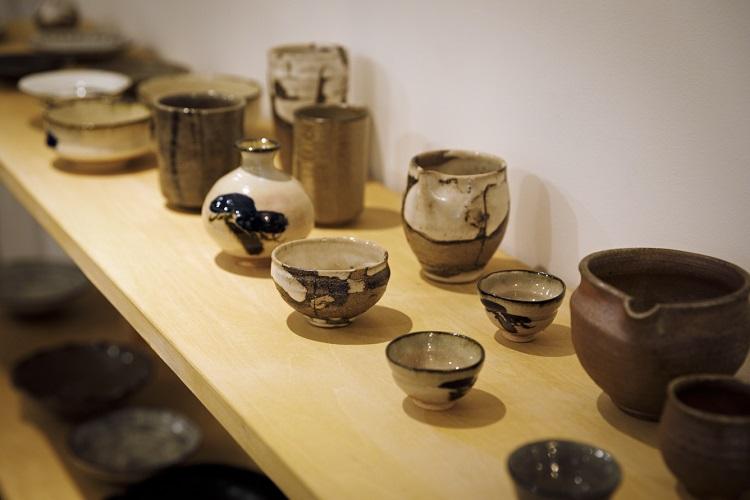 店の一角には、南丹市や亀岡市で作陶する陶芸家のうつわも並ぶ