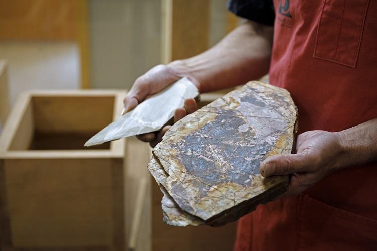 仕上げに用いる丹波産の天然砥石。よく切れつつ食材に優しい刃物に仕上げるには欠かせない