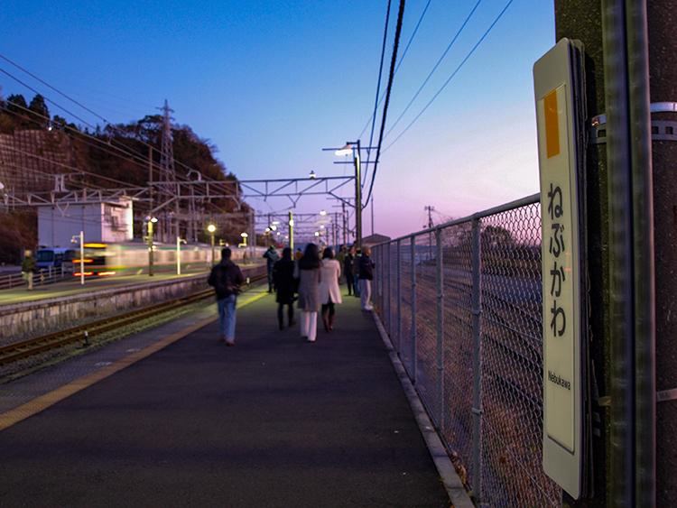 初日の出が木造駅舎に映える 神奈川県・根府川駅