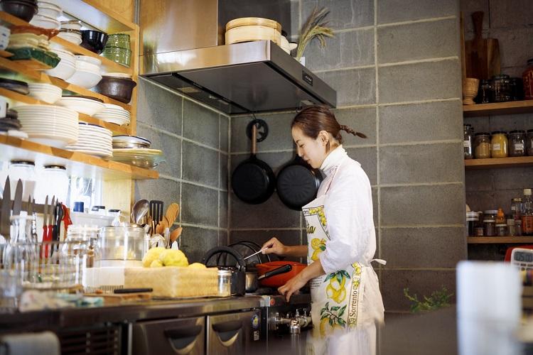 増本奈穂さん。ケータリングの仕事をしながら、7年ほど前「保存食lab」を立ち上げ。イベント出店や卸しを中心に活動し、4年前に直売所を兼ねたアトリエをオープンした