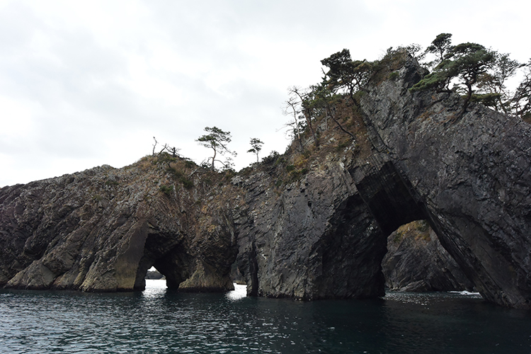 迫力の巨岩、穴通磯(あなとおしいそ)は碁石海岸を代表する名勝