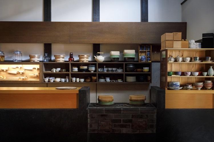 どっしりとしたかまどのおくどさん(台所)。うつわや和菓子、お茶などは京都ゆかりの品を選び、ゲストとの会話のきっかけに
