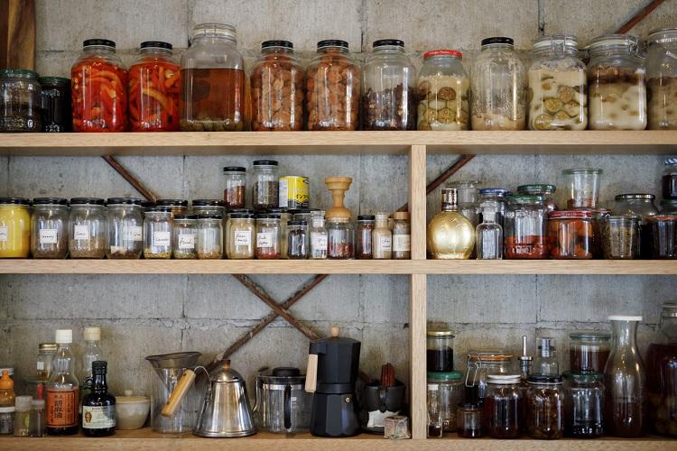 アトリエの壁にずらりと並ぶ、仕込んだ保存食や調味料作りに使うスパイス・ハーブ類