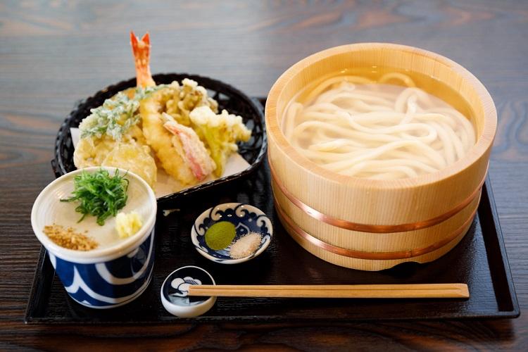 「天ぷら釜あげうどん」(1300円・税込み)。天ぷらはエビ、季節の野菜数種が付く