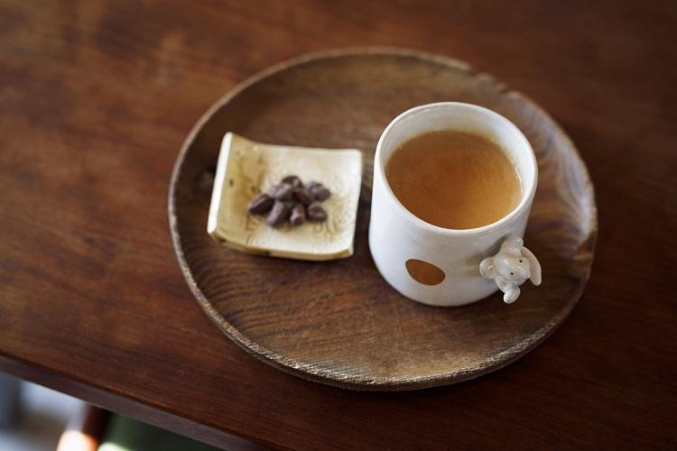 直売所オープン時は喫茶も可能。「ホットチャイ」(500円・税込み)をはじめ、レモネードやホットジンジャーなど、販売している茶葉やシロップを使ったものも