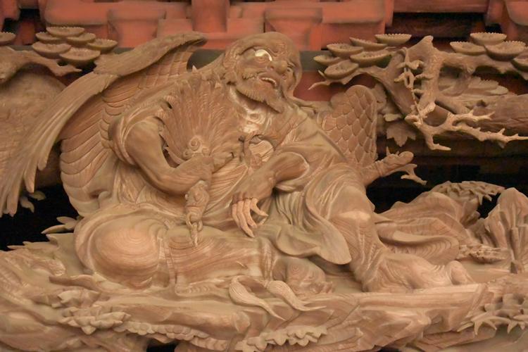 伊八による「天狗と牛若丸」の天狗。ひざ部分の木目を生かした意匠が素晴らしい