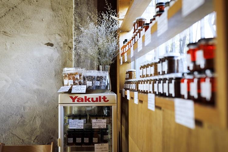 オープン日には10種類前後の調味料やジャムなどが並ぶ。要冷蔵の品が買えるのは直売所だけ