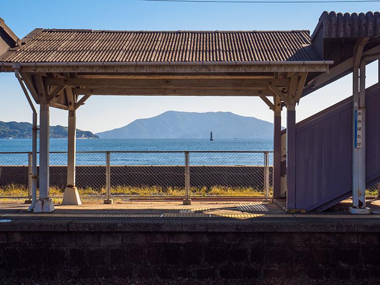ホームを「額縁」にして見る島と船 山口県・大畠駅