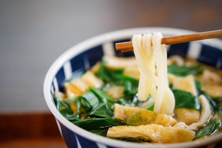 手打ち・手切りの麺は表面にだしがよく絡み、ふわりとした歯触りと程よいコシがクセになる