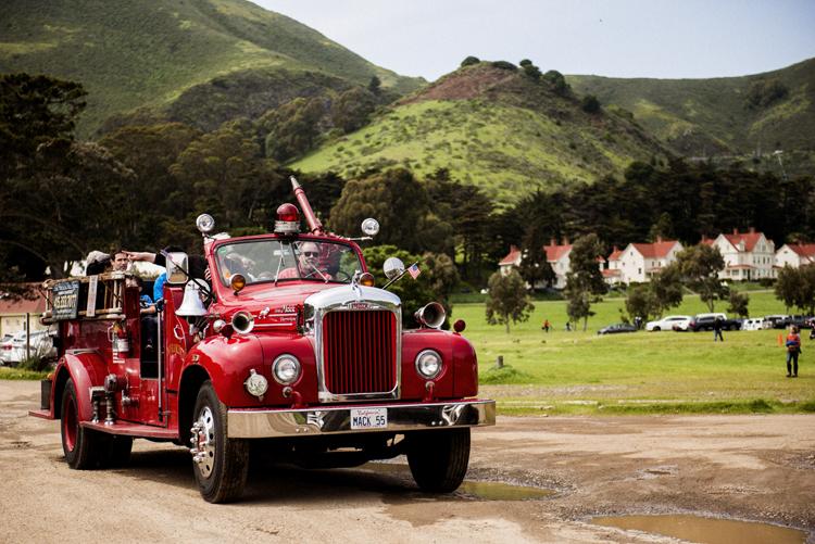 サイレンを鳴らしサンフランシスコを回る消防車