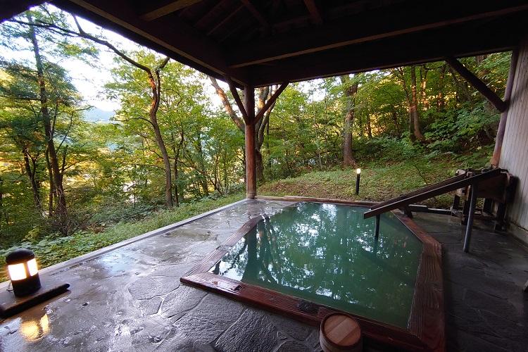 宿の敷地の山にある貸し切り露天風呂