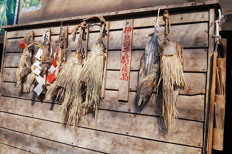 カツオ漁で栄えた田子の風習、ワラで包んだ正月飾りのシオカツオ©西伊豆町観光協会