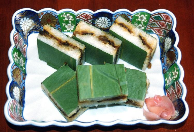 みょうがの葉と酢飯で、かんぴょうなどの具材を挟んだ田子寿司(すし)©西伊豆町観光協会