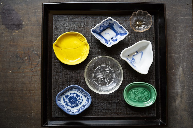 珉平焼(みんぺいやき)、染付(そめつけ)、プレスガラスなどの豆皿。手頃な価格と、小菓子皿や箸置きとして初心者でも使いやすい