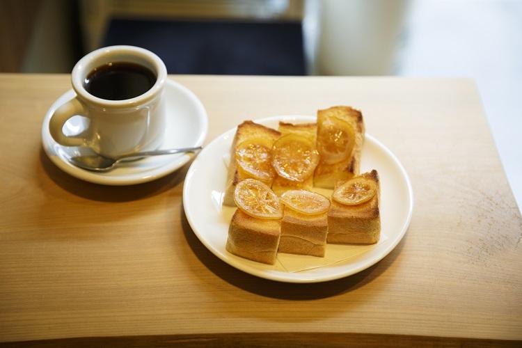 砂糖漬けレモンのキュッとした酸味、バターの香りがクセになる「レモントースト」。「コーヒー」はサイホンですっきりとした味わい。ともに500円・税込み