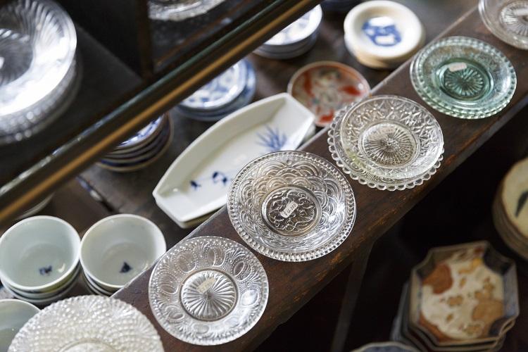 江戸〜明治期の日本のうつわが中心。手描きの染付から、プレスガラスや印判といった当時の量産技術を用いたものまで幅広くそろう