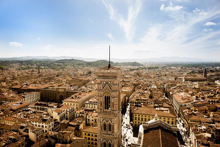 階段を上り切って見たフィレンツェの風景