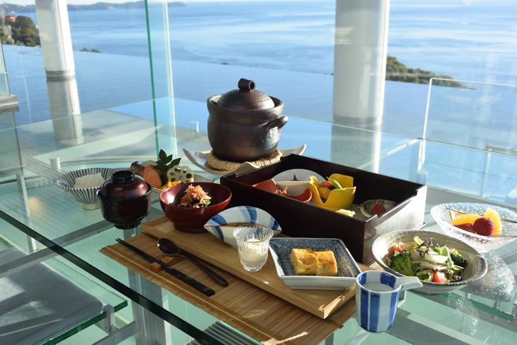 朝食は地のものや自家製の豆腐などがずらりと並びます