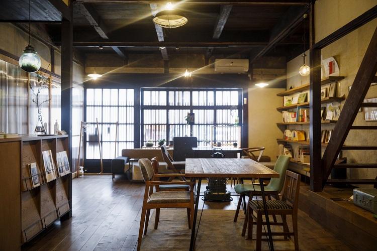ラウンジスペースでは本の閲覧や食事をしたり、催しに参加したりできるほか、16:00〜22:30はバータイムとしても。クラフトビールや日本酒などがそろう
